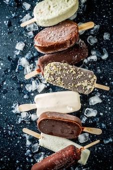 Pile de diverses glaces à la popsicle