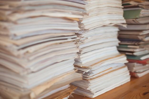 Pile de documents commerciaux en papier de bureau.