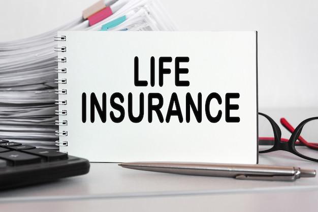 Pile de documents ou dans un bureau d'affaires copiez le texte de l'espace assurance-vie