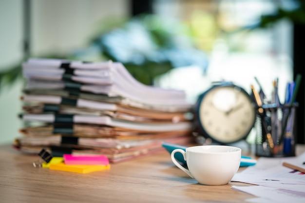 Pile de documents avec dossier trombone placé sur un bureau d'affaires dans un bureau d'affaires.