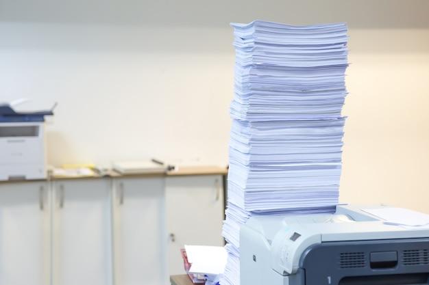 Pile de documents inachevés sur le bureau empilés.