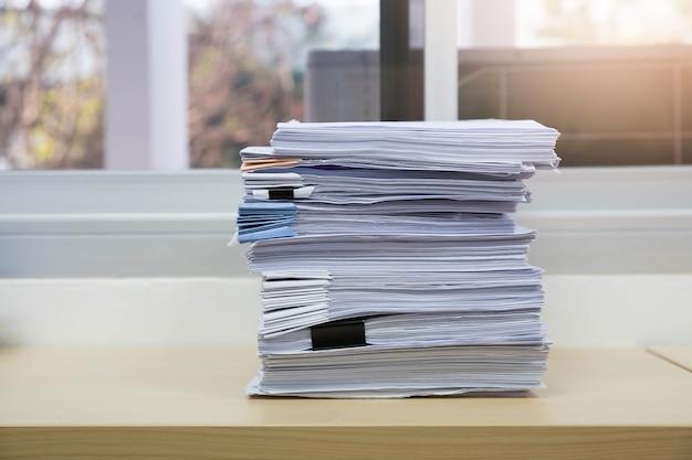 Pile de documents inachevés sur le bureau, pile de papier d'affaires