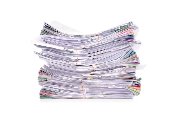 Pile de documents isolé sur fond blanc