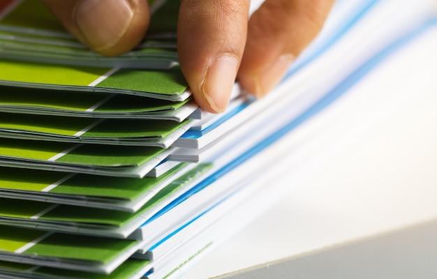 Pile de documents papier de rapport pour le bureau d'affaires