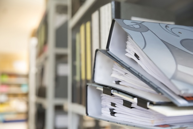 Pile de documents pile avec des pinces noires pince dans des dossiers