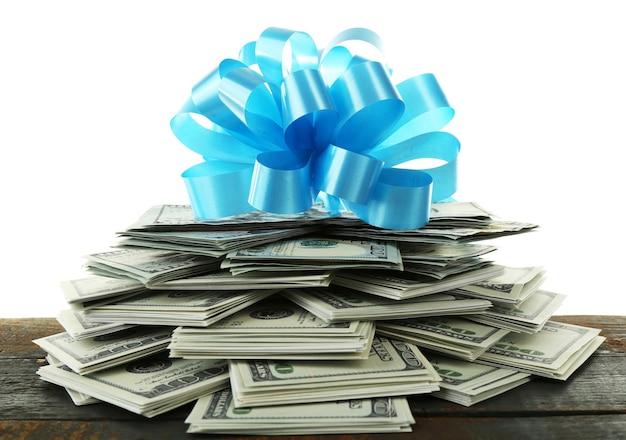 Pile de dollars avec archet comme cadeau isolé sur blanc