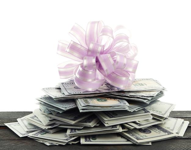 Pile de dollars avec archet comme cadeau isolé