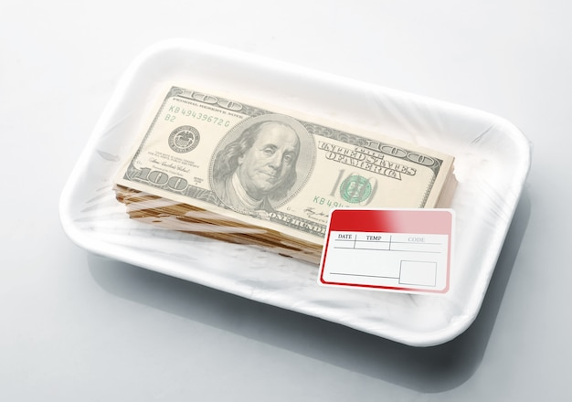 Pile de dollars dans le bac alimentaire en mousse avec étiquette