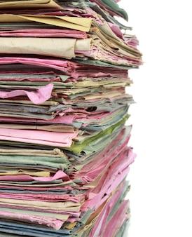 Pile de dossiers multicolores avec des documents
