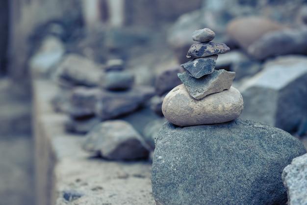 Pile empilée de pierres zen dans la nature.