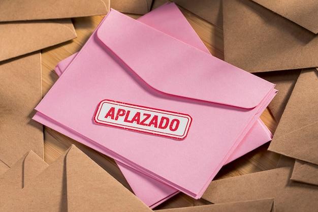 Pile d'enveloppe avec message reporté sur table