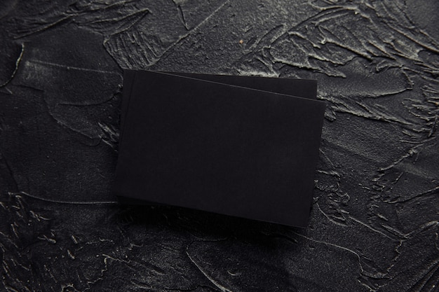 Pile d'enveloppes noires sur fond sombre
