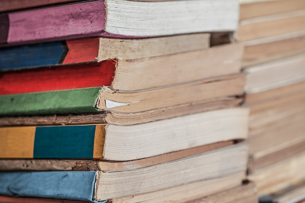 Pile de fond de livres. beaucoup de livres piles
