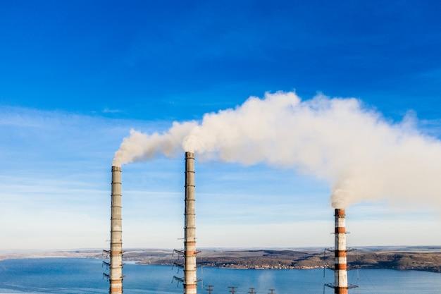 Pile de fumée industrielle de centrale au charbon