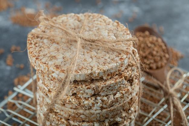 Pile de gâteaux de riz et de sarrasin éparpillés sur une surface en marbre