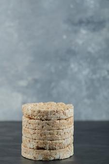 Pile de gâteaux de riz soufflé sur une surface en marbre
