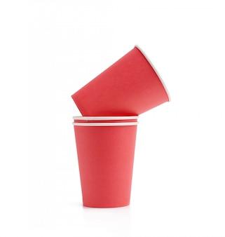 Pile de gobelets en papier rouge pour les boissons chaudes à emporter