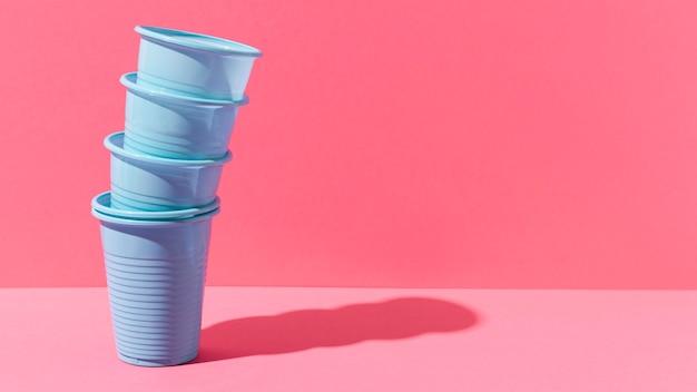 Pile de gobelets en plastique bleu