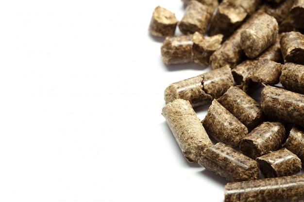 Pile de granulés de bois pour bioénergie, fond blanc, isolé