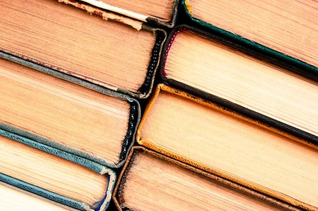 Pile de gros plan de vieux livre. fond de concept d'éducation. beaucoup de livres s'empilent.