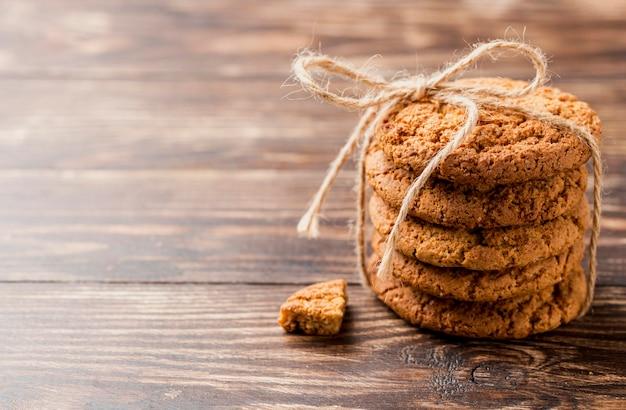 Pile haute vue de biscuits avec de la ficelle