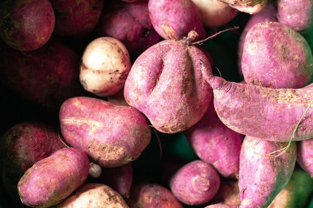 Pile d'ignames violettes fraîches à voir.