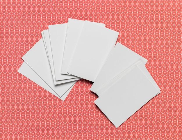 Pile d'invitations sur fond coloré