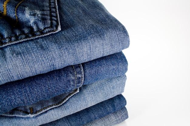 Pile de jeans sur blanc