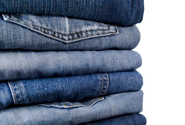 Pile de jeans bleu sur blanc