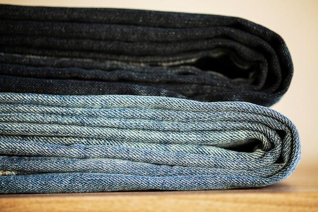 Pile de jeans bleu