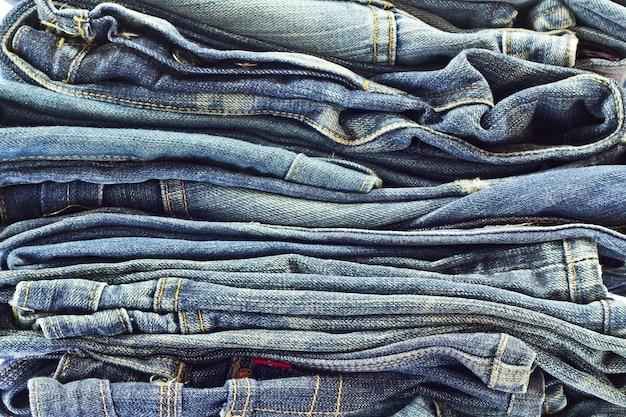 Pile de jeans isolé sur blanc