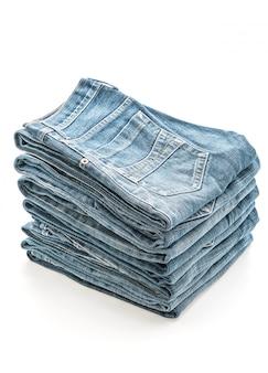 Pile de jeans pliée sur fond blanc