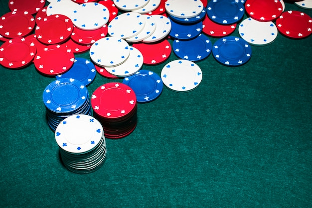 Pile de jetons de casino sur fond vert