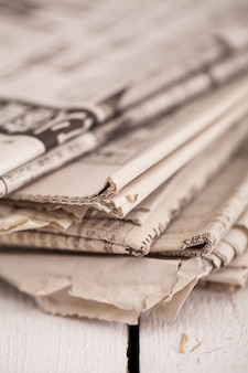 Pile de journaux sur une table blanche