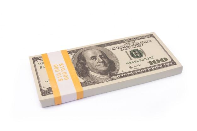 Pile de liasses de billets d'un dollar isolé avec un tracé de détourage