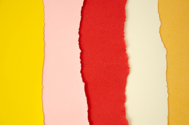Pile de lignes de papier de couleur déchiré