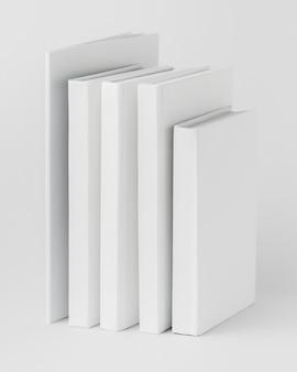 Pile de livres alignés sur la table