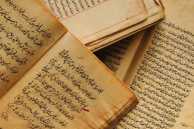 Pile de livres anciens ouverts en arabe. vieux manuscrits et textes arabes. vue de dessus
