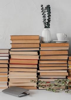 Pile de livres et arrangement de plantes
