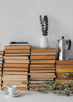 Pile de livres et assortiment de plantes
