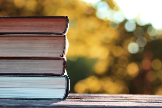 Pile de livres d'automne en bois en plein air
