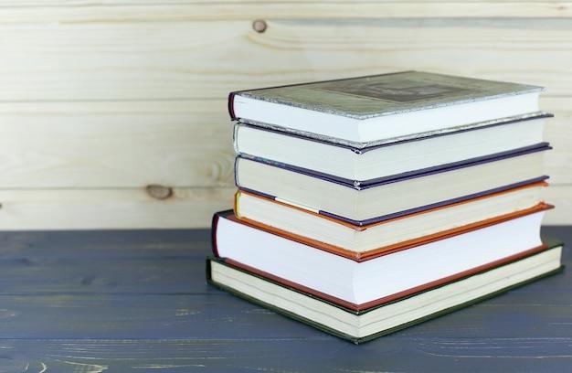 Une pile de livres avec bibliothèque à l'arrière