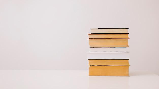 Pile de livres sur blanc