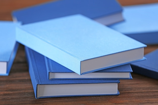 Pile de livres bleus sur table en bois