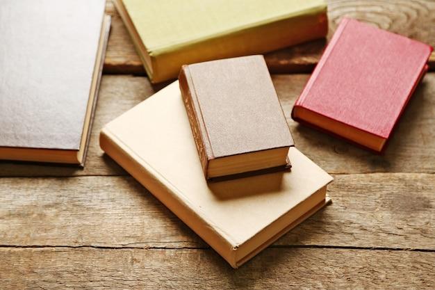 Pile de livres sur bois