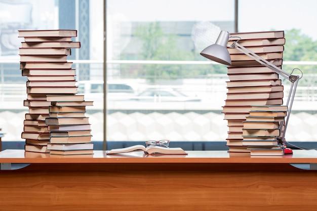 Pile de livres sur le bureau dans le concept de l'éducation