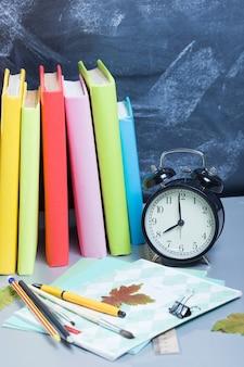 Pile de livres sur un bureau pour la rentrée