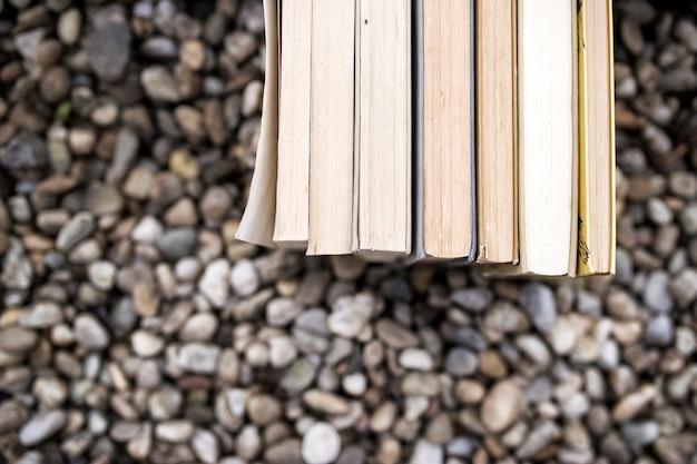 Pile de livres sur des cailloux
