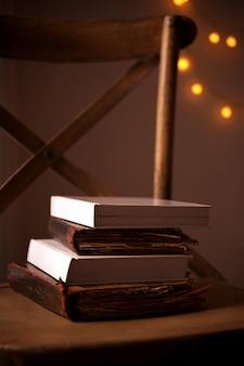 Pile de livres sur chaise en bois