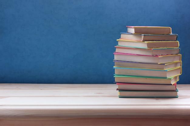 Pile de livres en couleur couvre sur une table en bois.